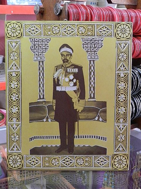 To honour Sultan Qaboos who took power in 1970, an official picture of the current leader was printed on a plate in aluminium for decoration purposes in the rooms of the houses. The engraved plates were made in Bombay around 1978, 1980.