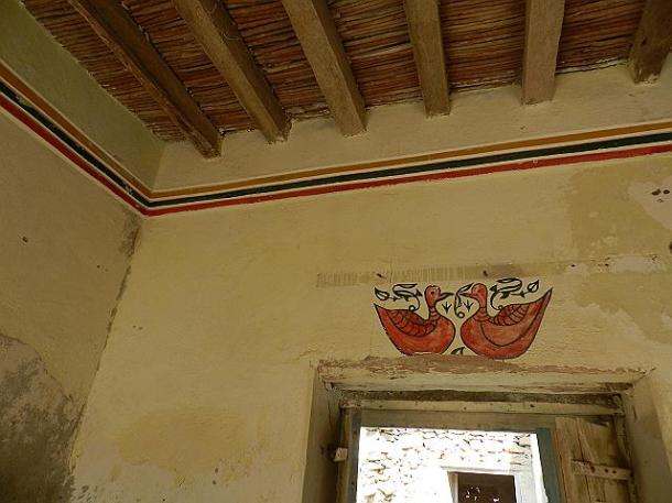 In Dahariz, east of Salalah city, in the old limestone houses one can find wall decorations.