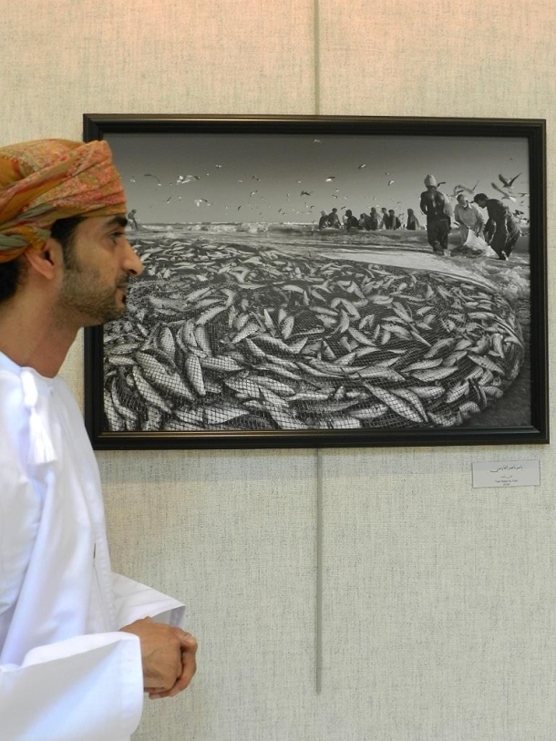 Yasser Nassir Al Farsi (AFIAP) wants to keep the heritage alive. Fishing in the old traditional way is such a theme.  In his work he wants to highlight the fact that only a few people were busy with catching the abundance of fish. His point of view and his perception guides the visitor through the whole scenery of the action as showed in the picture.