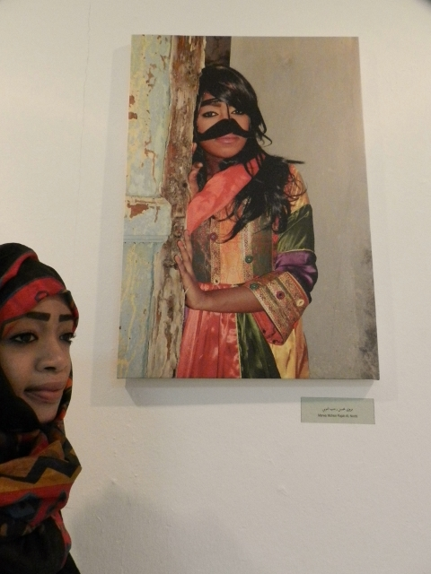 Marwa al Noobi, 20 year old photographer likes Indian fashion and combines it in this portrait with the old architecture of Omani houses, Photographic Premonition exhibition, Photographic Society, copyr. MDK